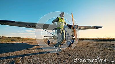 El especialista de la aviación en un la más warnwest se está inclinando en sus aviones almacen de video