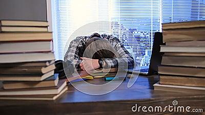 El estudiante se cayó dormido durante la preparación del examen almacen de metraje de vídeo