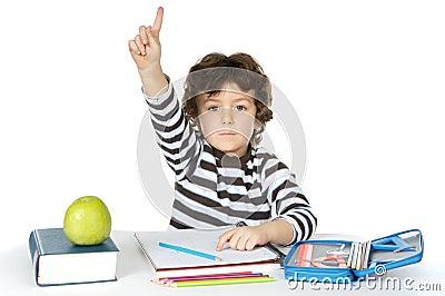 El estudiar adorable del muchacho