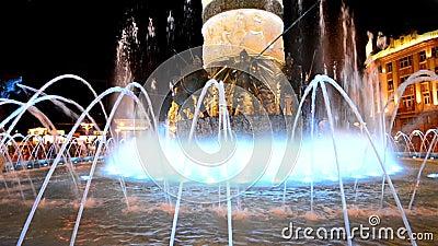 El extracto de Skopje, Macedonia encendió el fondo de la fuente de la agua de las formas del baile metrajes