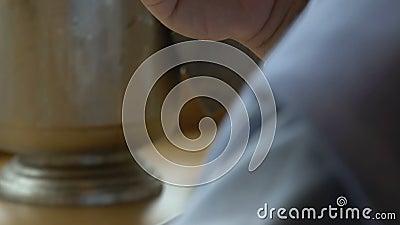 El gastrónomo come los canapes minúsculos con el caviar rojo en el restaurante metrajes