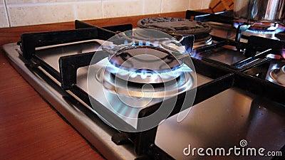 El golpe de la atención dejó cocinar de la cocina encendió y solamente, es peligroso metrajes