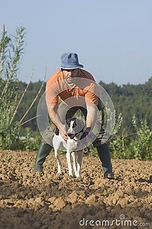El granjero que recorre con es perro