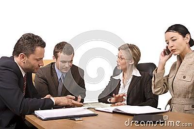 El grupo de hombres de negocios, negocia en el escritorio