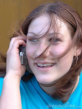 El hablar adolescente en el teléfono celular