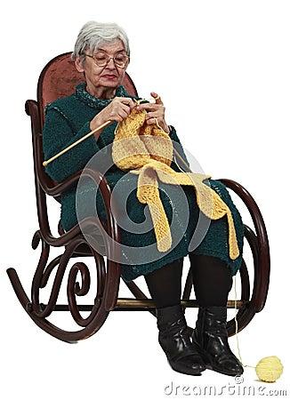 El hacer punto de la mujer mayor
