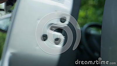 El hombre abre las puertas del coche mediante un sistema de bloqueo central con llave metálica metrajes