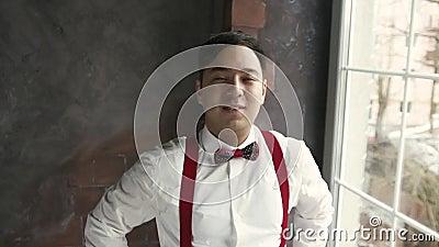 El hombre asiático de Portret en ligas mira la cámara y sonríe almacen de video
