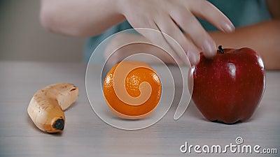 El hombre cogió una manzana y la mordió metrajes
