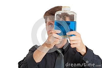 El hombre controla características físicas del líquido en botella
