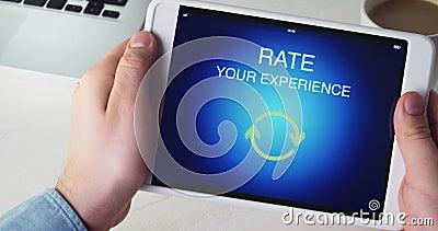 El hombre da el grado de cinco estrellas usando el uso digital de la tableta metrajes