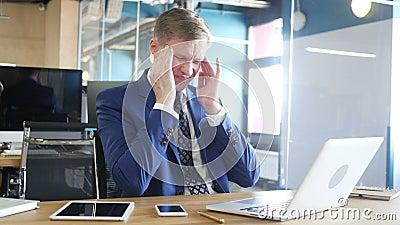 El hombre de negocios cansado y subrayado está trabajando en su oficina
