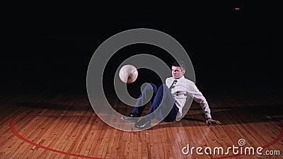 El hombre de negocios joven juega a fútbol del fútbol en fondo negro almacen de video