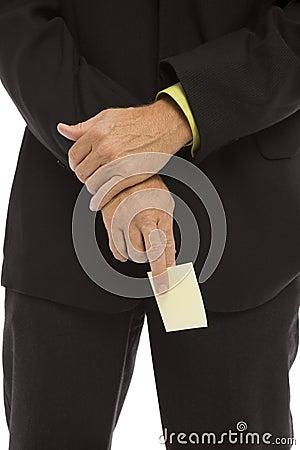 El hombre de negocios lleva a cabo una nota