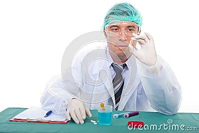 El hombre del laboratorio examina la cápsula del petróleo