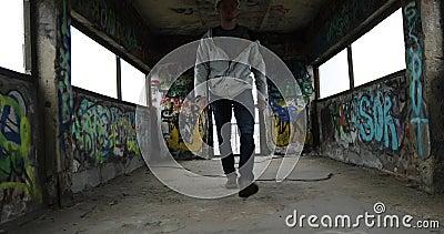 El hombre está caminando a lo largo del túnel almacen de video