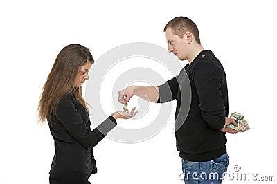 El hombre está dando el dinero a la mujer
