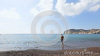 El hombre fino en el baño pone en cortocircuito el agua que intenta antes de zambullirse en el Mar Egeo sin fin metrajes