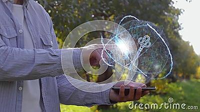 El hombre irreconocible muestra el holograma conceptual con llave almacen de metraje de vídeo