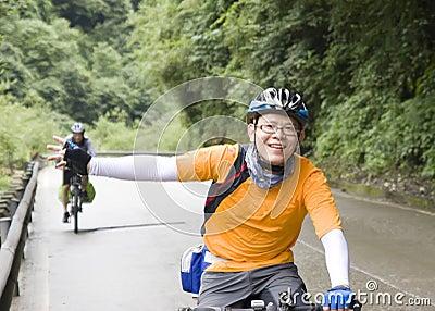 El hombre joven monta la bici