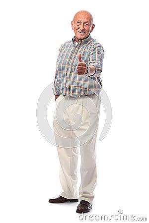 El hombre mayor feliz muestra los pulgares para arriba