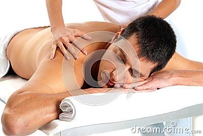El hombre que recibe masaje relaja el primer del tratamiento