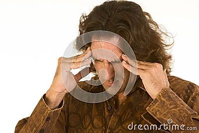 El hombre sufre de dolor de cabeza y de la depresión terribles