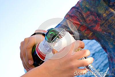 El hombre vierte el vino para su mujer querida