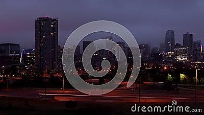 El horizonte de Denver dramático amanecer en la neblina caída de la sartén derecha metrajes