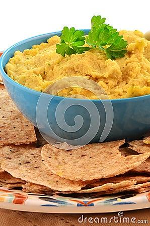 Hummus con las mordeduras enteras de la tortilla del grano