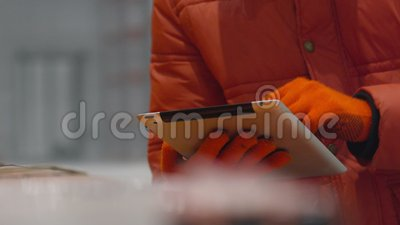 El ingeniero comprueba los documentos en almacén moderno de la industria del interior de la tableta nuevo