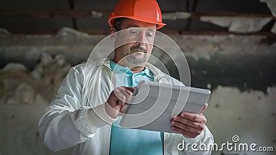 El ingeniero Is Getting Acquainted con los cálculos económicos 3 almacen de metraje de vídeo