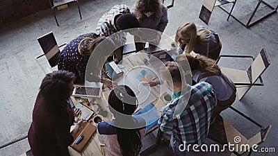 El inspirarse si grupo de personas creativo de la raza mixta en la oficina moderna Opinión superior el grupo de personas que colo almacen de video