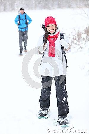 El ir de excursión del invierno de Snowshoeing