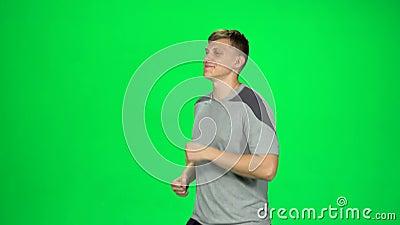 El joven va luego empieza a correr, hace girar su mano, Chroma Key almacen de video