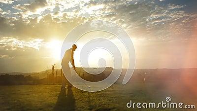 El jugador de golf golpea la pelota de golf almacen de metraje de vídeo