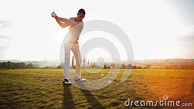 El jugador de golf golpea la pelota de golf metrajes