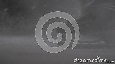 El jugador de hockey hace chispas del hielo en el frenado de alta velocidad Falta de definición de movimiento Las piernas ven sol almacen de metraje de vídeo