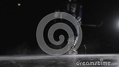 El jugador del hockey sobre hielo tira el duende malicioso, tiro de palmada del poder en estilo canadiense del atleta profesional metrajes
