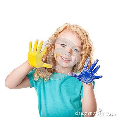 El jugar con colores de la pintura de la mano