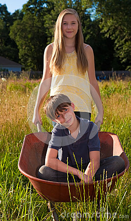 El jugar de la hermana y del hermano