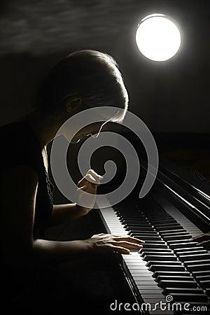 El jugar de la música del piano del músico del pianista.