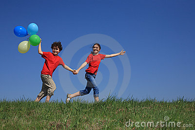 El jugar de la muchacha y del muchacho al aire libre