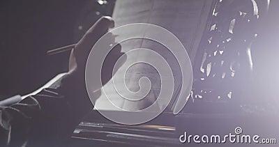El jugar de las manos del pianista de la música del piano Detalles del piano de cola del instrumento musical metrajes