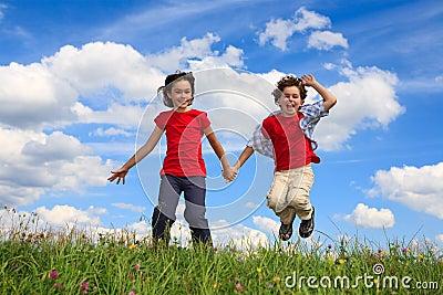 El jugar de los cabritos al aire libre