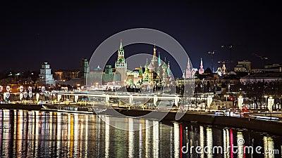 El Kremlin, la Catedral de San Basilio, el Parque Zaryadye y el puente suspensivo por la noche, Moscú, Rusia almacen de video