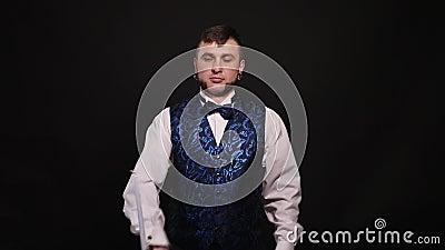 El mago muestra un truco con un palillo almacen de metraje de vídeo