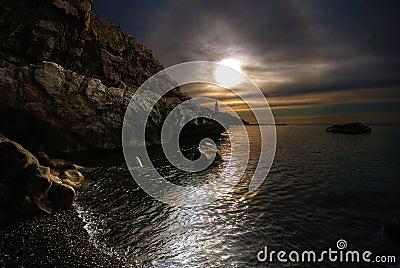 El mar, el sol, nubes, piedras