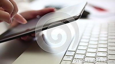 El mecanografiar en la tableta digital almacen de metraje de vídeo