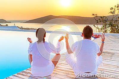 El Meditating junto en la salida del sol